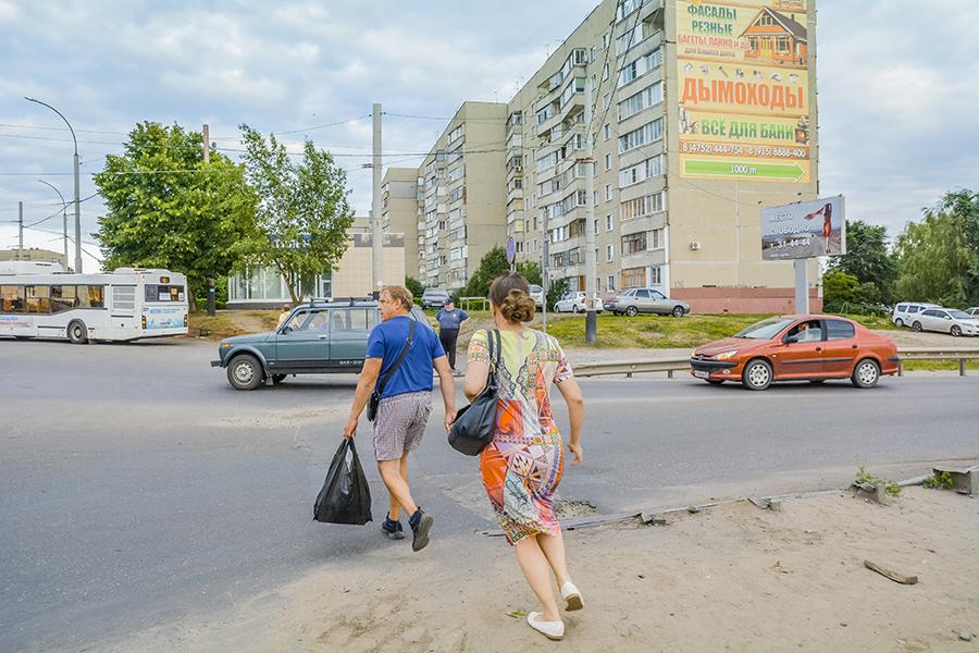 Пешеходы пытаются перебежать дорогу на Магистральной. Фото