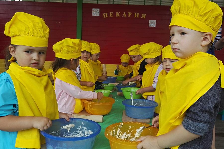 Дети замешивают тесто
